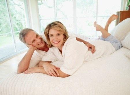 'Chuyện ấy': Phụ nữ trung niên có 5 bí quyết sau chồng mãi 'yêu' nồng nhiệt - Ảnh 1