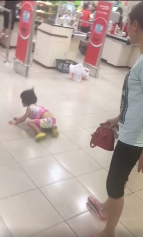 Hà Nội: Người mẹ đánh và bỏ lại con ở siêu thị chỉ vì gói kẹo - Ảnh 1
