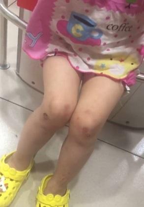 Hà Nội: Người mẹ đánh và bỏ lại con ở siêu thị chỉ vì gói kẹo - Ảnh 2