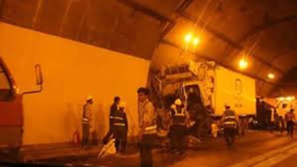 Huế: Xe ô tô tải đâm làm 2 người thương vong trong đường hầm - Ảnh 1