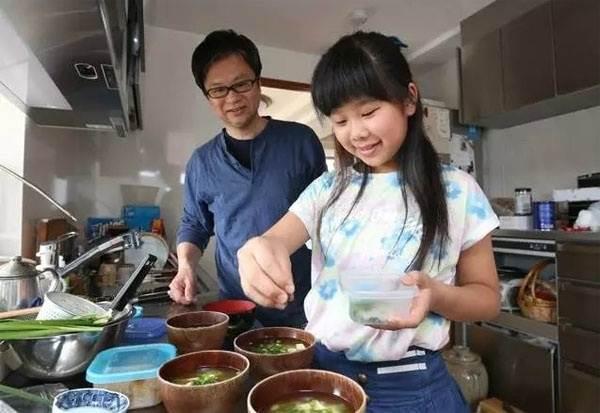 Rơi nước mắt lý do mẹ ép con 4 tuổi nấu ăn, làm việc nhà - Ảnh 12