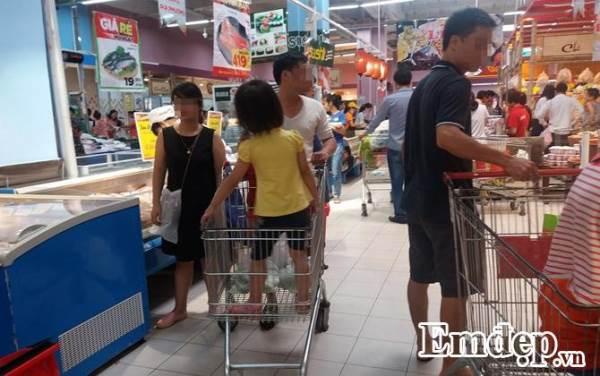 Cho con đi siêu thị, cha mẹ lưu ý tình huống gây nguy hiểm cho trẻ - Ảnh 2