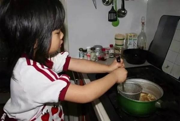 Rơi nước mắt lý do mẹ ép con 4 tuổi nấu ăn, làm việc nhà - Ảnh 9