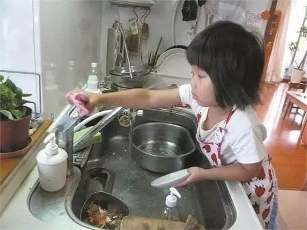 Rơi nước mắt lý do mẹ ép con 4 tuổi nấu ăn, làm việc nhà - Ảnh 10