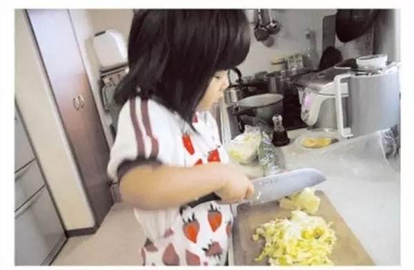 Rơi nước mắt lý do mẹ ép con 4 tuổi nấu ăn, làm việc nhà - Ảnh 1
