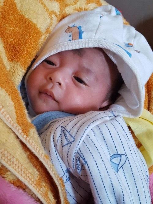Hà  Nội: Bé gái khoảng 20 ngày tuổi bị bỏ rơi trước cổng trường mầm non trong trời đông rét mướt - Ảnh 1