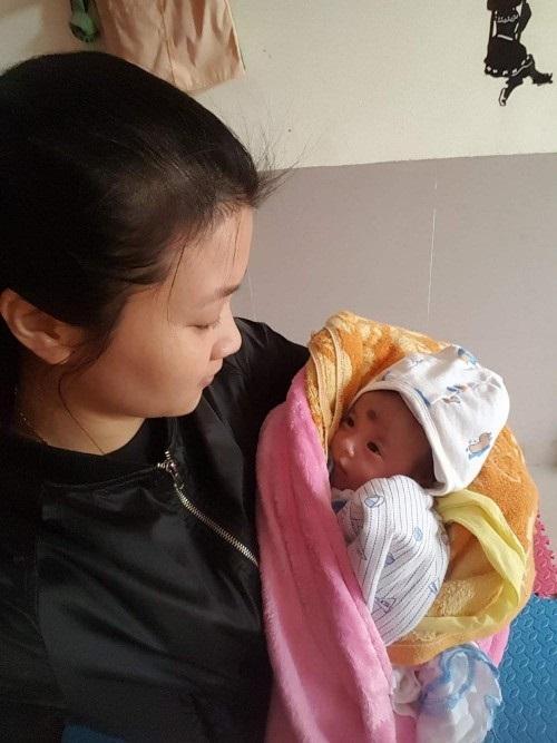 Hà  Nội: Bé gái khoảng 20 ngày tuổi bị bỏ rơi trước cổng trường mầm non trong trời đông rét mướt - Ảnh 3
