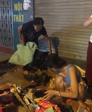 Hà Nội: Người phụ nữ đột nhập shop quần áo 'chôm' đồ mang về bán ở vỉa hè bị mời về công an - Ảnh 3