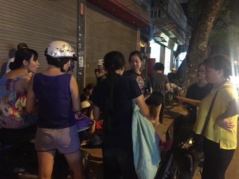 Hà Nội: Người phụ nữ đột nhập shop quần áo 'chôm' đồ mang về bán ở vỉa hè bị mời về công an - Ảnh 4