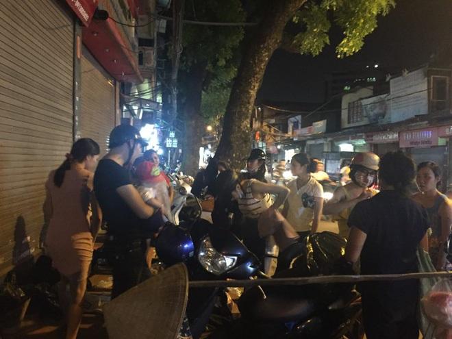 Hà Nội: Người phụ nữ đột nhập shop quần áo 'chôm' đồ mang về bán ở vỉa hè bị mời về công an - Ảnh 6