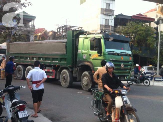 Hà Nội: Người phụ nữ gánh rau bán rong tử vong dưới bánh xe tải - Ảnh 1