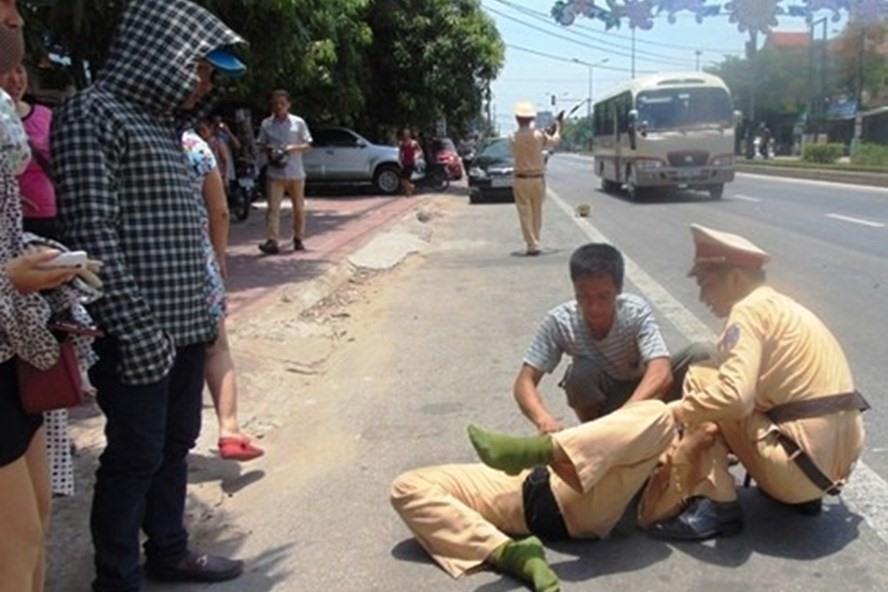 Vụ thanh niên 16 tuổi lao xe máy hất văng cảnh sát giao thông: Phân tích bất ngờ từ phía luật sư - Ảnh 2