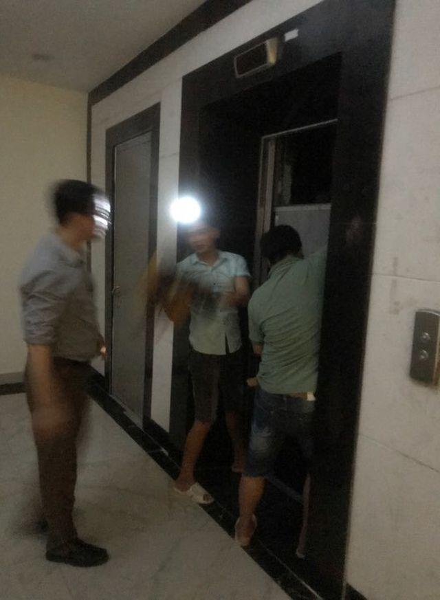 Chung cư tê liệt do mất điện, nhiều người hoảng loạn mắc kẹt trong thang máy - Ảnh 1
