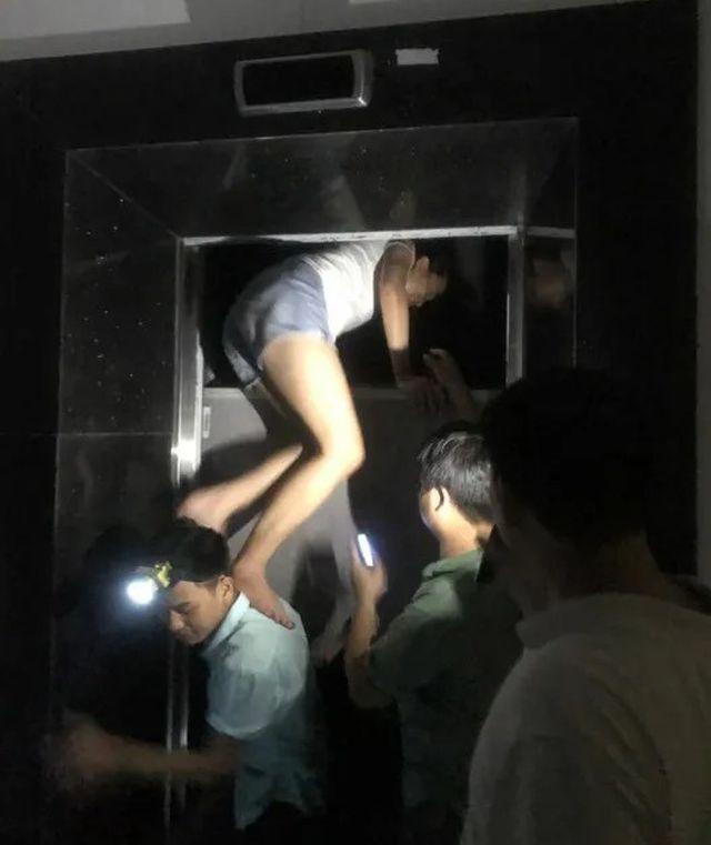 Chung cư tê liệt do mất điện, nhiều người hoảng loạn mắc kẹt trong thang máy - Ảnh 2