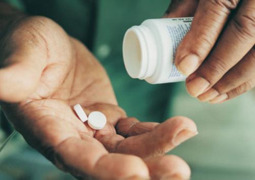 Căn cứ vào nguyên nhân và tình trạng bệnh, bác sĩ sẽ kê đơn thuốc phù hợp, thậm chí sẽ có sự can thiệp với trị liệu tâm lý