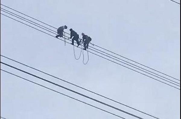 Sơn La: Nam thanh niên ngồi hóng gió trên đường dây điện cao thế - Ảnh 1
