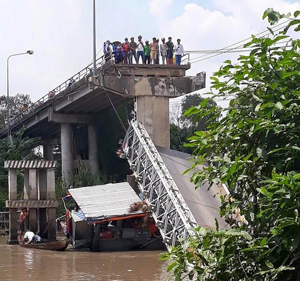 Cầu Tân Nghĩa sập có phải vì ô tô quá tải? - Ảnh 1