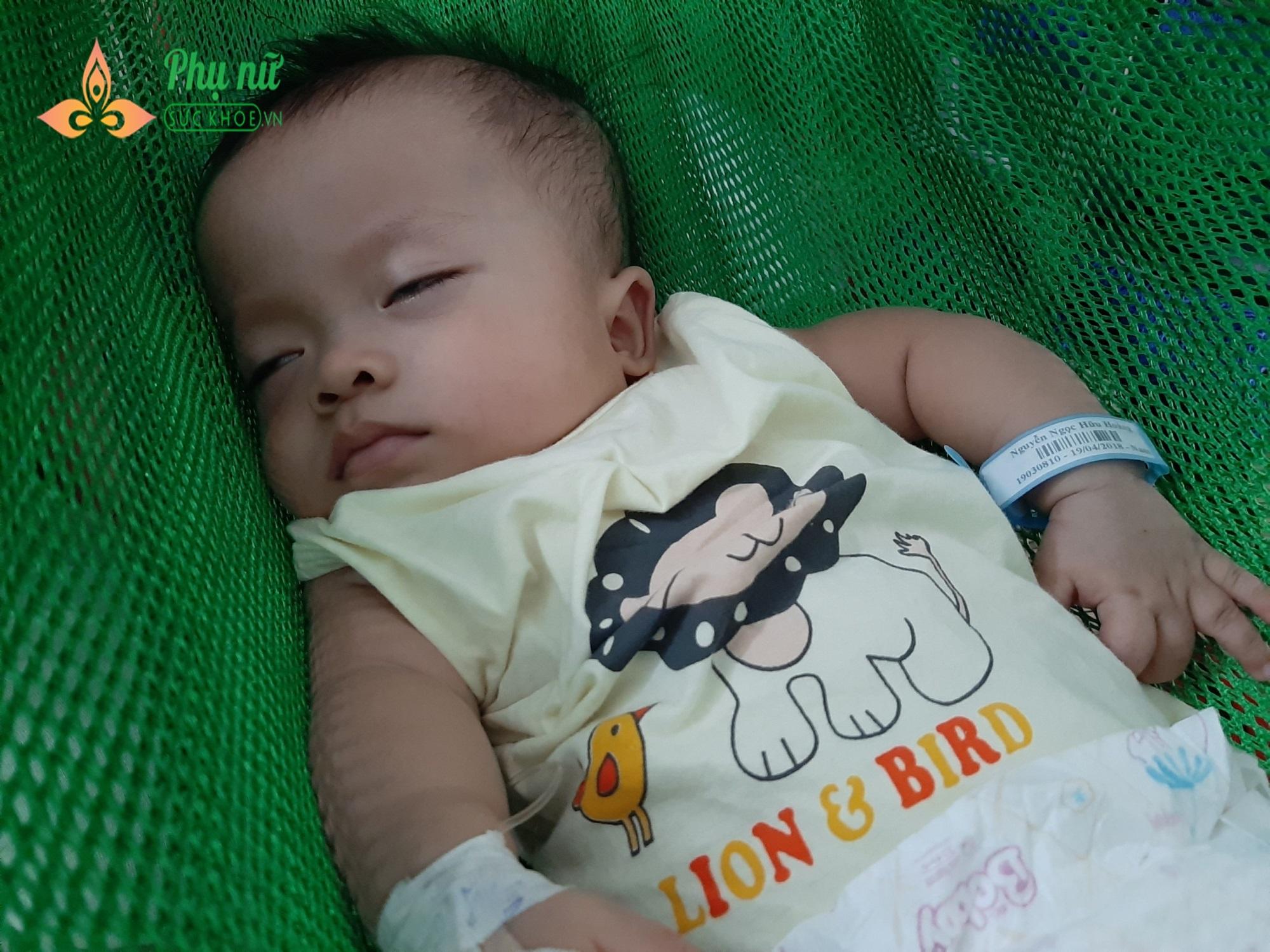 Sau khi vô thuốc điều trị, bé Hoàng mệt mỏi, ngủ mê man
