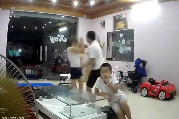 Cộng đồng mạng bức xúc video chồng đánh vợ tới tấp trước mặt các con: Nỗi buồn khi lấy chồng vũ phu! - Ảnh 1