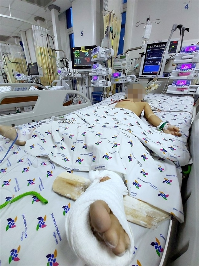 Bé trai 5 tuổi ở Sài Gòn thoát chết khi rơi từ tầng 12 chung cư xuống đất - Ảnh 2