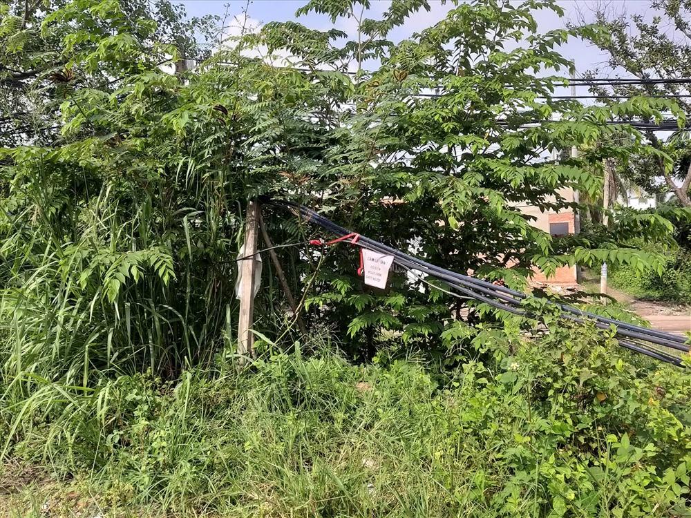 Dây điện vẫn giăng ngang mặt đất nơi 2 bé tử vong do rò điện công trường - Ảnh 2