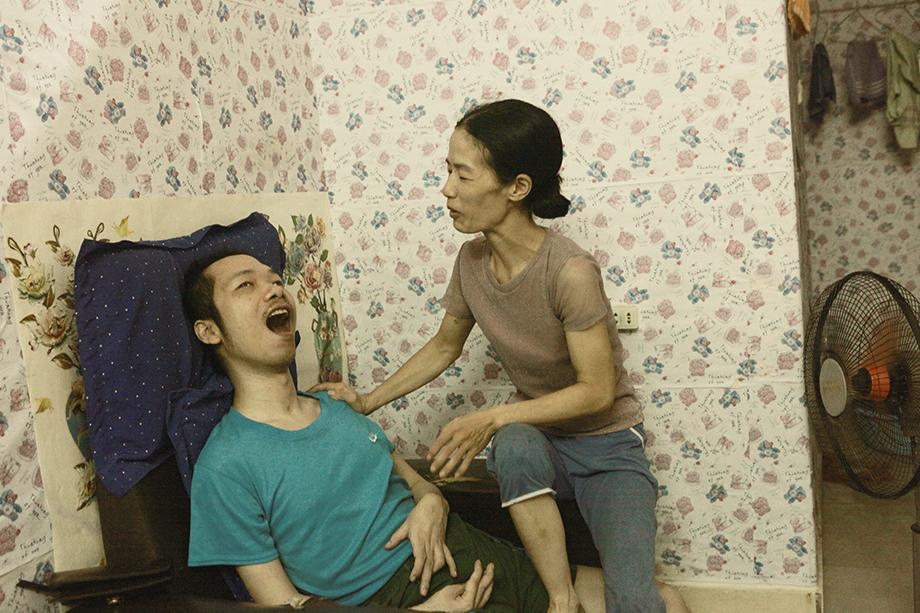 Xúc động người phụ nữ đẹp chăm chồng như chăm em bé suốt 10 năm - Ảnh 11