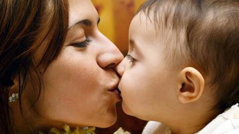 Hôn con mỗi ngày, mẹ trẻ tá hỏa đang truyền vi khuẩn gây ung thư cho con yêu - Ảnh 1