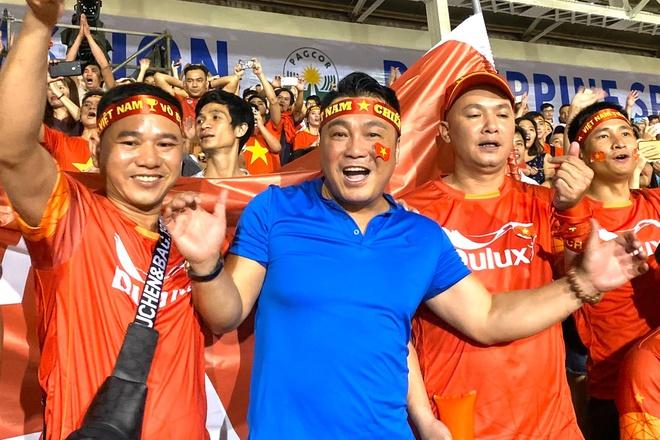 Dàn sao vỡ òa khi U22 Việt Nam thắng Indonesia vào phút cuối - Ảnh 1
