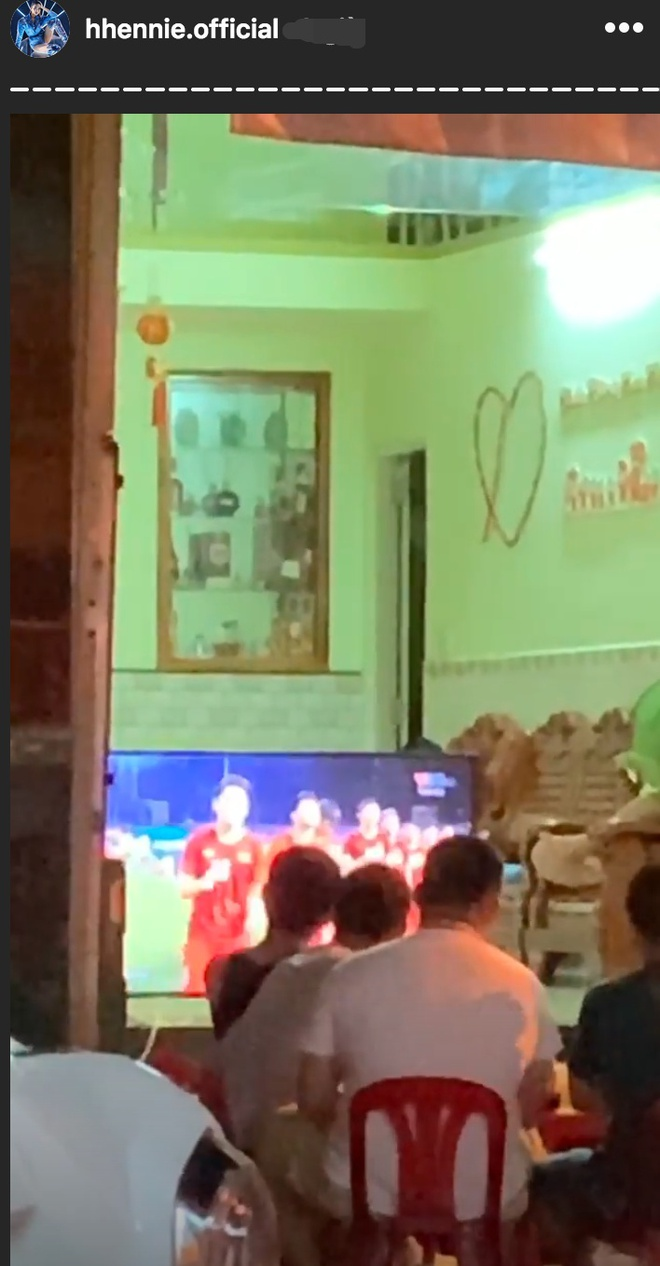 Dàn sao vỡ òa khi U22 Việt Nam thắng Indonesia vào phút cuối - Ảnh 2