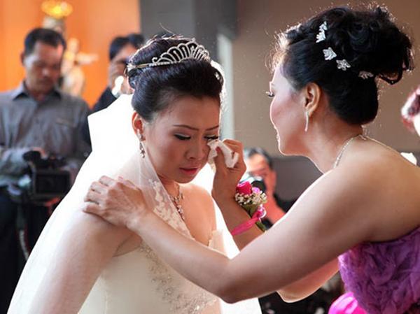 Ngày con dâu tái hôn, mẹ chồng cũ cho căn nhà  tiền tỷ còn nắm tay bảo: Nếu khổ quá con cứ về lại đây! - Ảnh 1
