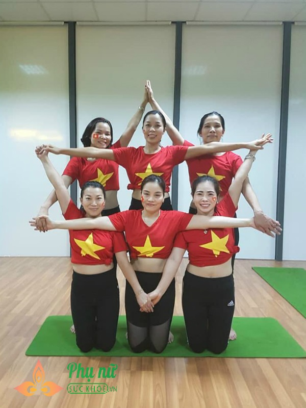 Chị em Hà thành xếp hình Yoga tuyệt đẹp trong màu áo cờ đỏ sao vàng mừng lễ Quốc khánh 2/9 - Ảnh 5
