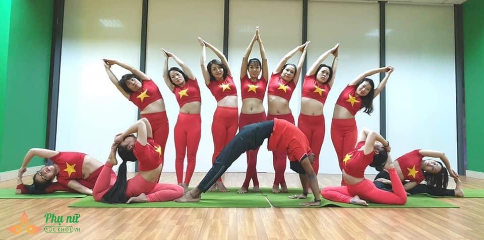 Chị em Hà thành xếp hình Yoga tuyệt đẹp trong màu áo cờ đỏ sao vàng mừng lễ Quốc khánh 2/9 - Ảnh 1