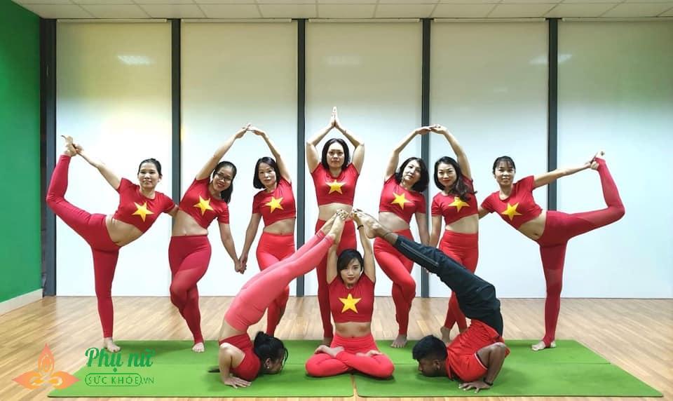 Chị em Hà thành xếp hình Yoga tuyệt đẹp trong màu áo cờ đỏ sao vàng mừng lễ Quốc khánh 2/9 - Ảnh 2