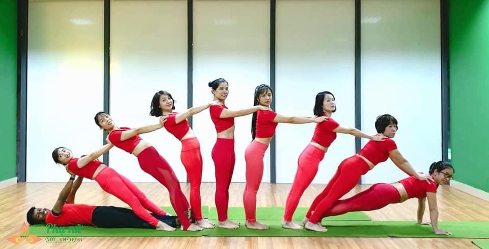 Chị em Hà thành xếp hình Yoga tuyệt đẹp trong màu áo cờ đỏ sao vàng mừng lễ Quốc khánh 2/9 - Ảnh 4