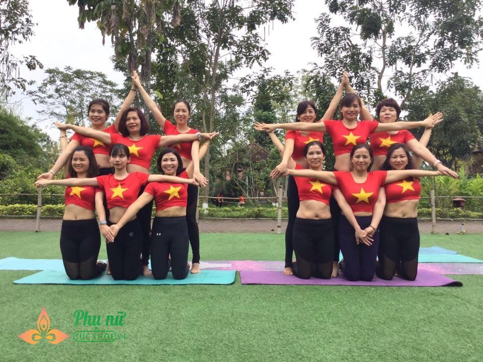 Chị em Hà thành xếp hình Yoga tuyệt đẹp trong màu áo cờ đỏ sao vàng mừng lễ Quốc khánh 2/9 - Ảnh 6