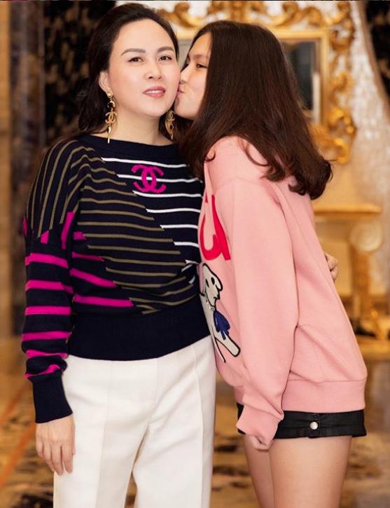 Con gái lớn của đại gia Phượng Chanel gây chú ý với ngoại hình xinh xắn, khí chất ngút ngàn và loạt đồ hiệu chẳng kém cạnh mẹ - Ảnh 3