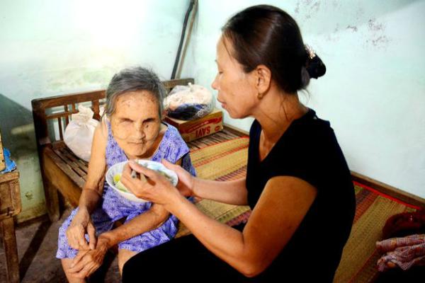 Người phụ nữ nhận cụ già bị mù về nuôi dưỡng như mẹ ruột - Ảnh 2
