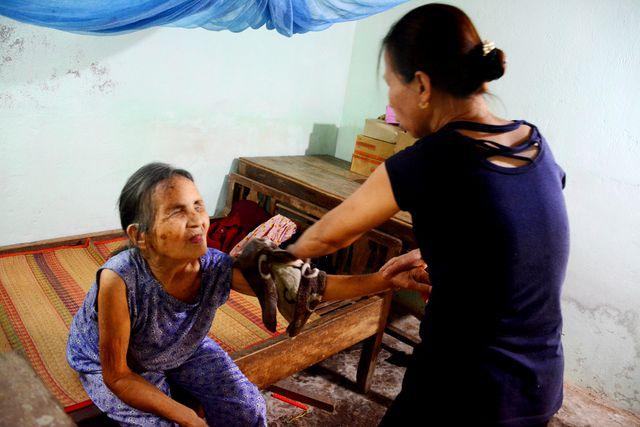 Người phụ nữ nhận cụ già bị mù về nuôi dưỡng như mẹ ruột - Ảnh 1