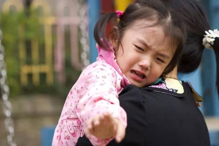 Bác sĩ Nhi giải đáp: Độ tuổi cho bé đi nhà trẻ hợp lý và những việc cha mẹ cần chuẩn bị - Ảnh 1