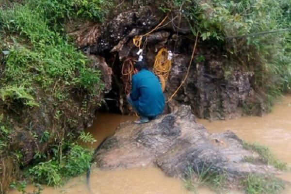 Huy động 120 người giải cứu người đàn ông mắc kẹt trong hang đá  - Ảnh 1