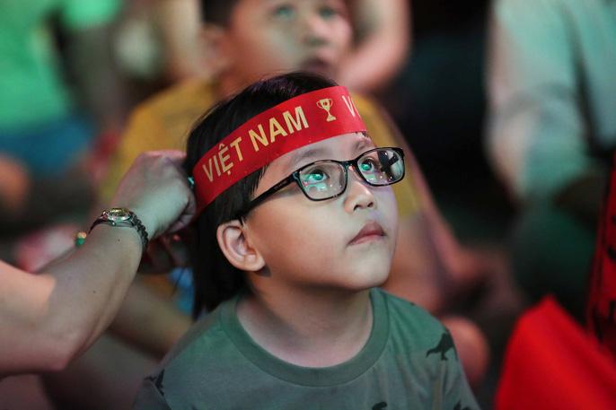 """Hàng ngàn CĐV """"nổ tung"""" cảm xúc khi Việt Nam ghi bàn hạ Thái Lan - Ảnh 1"""
