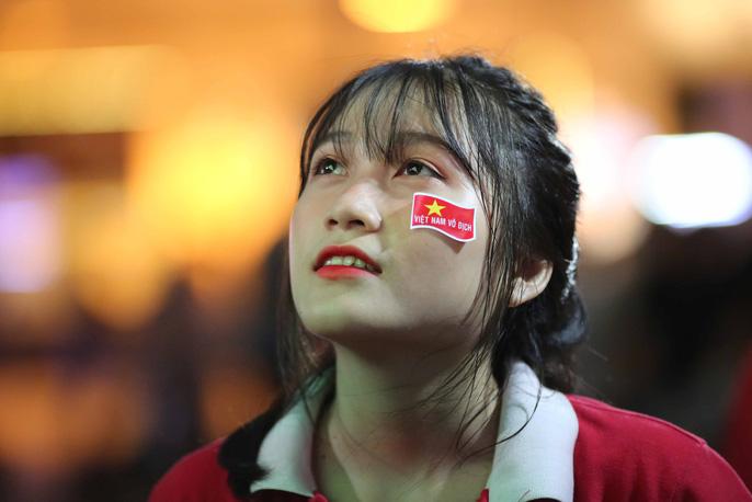 """Hàng ngàn CĐV """"nổ tung"""" cảm xúc khi Việt Nam ghi bàn hạ Thái Lan - Ảnh 4"""