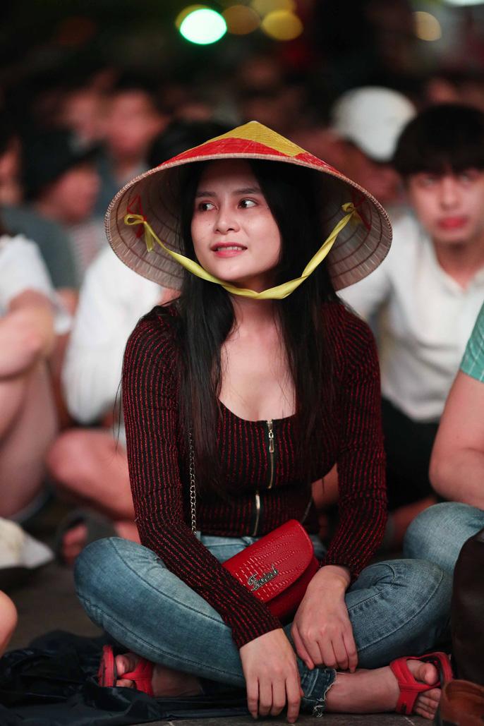 """Hàng ngàn CĐV """"nổ tung"""" cảm xúc khi Việt Nam ghi bàn hạ Thái Lan - Ảnh 5"""