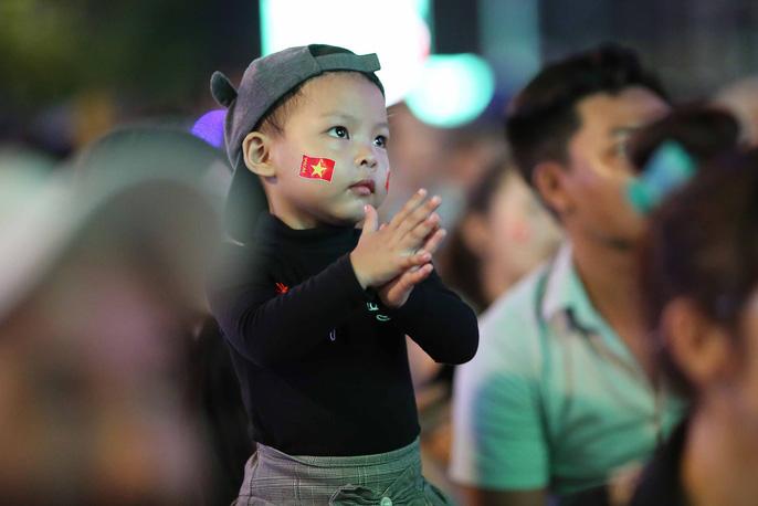 """Hàng ngàn CĐV """"nổ tung"""" cảm xúc khi Việt Nam ghi bàn hạ Thái Lan - Ảnh 6"""