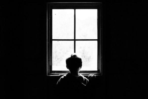 Con gái 4 tuổi liên tục nói có người trên cửa sổ, bố mẹ phát hiện sự thật đau lòng - Ảnh 1