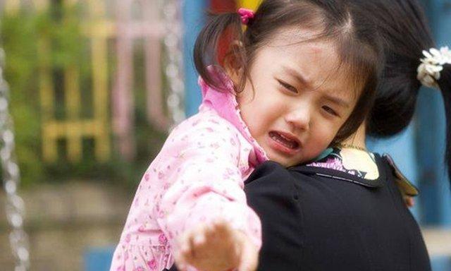 Con gái 4 tuổi liên tục nói có người trên cửa sổ, bố mẹ phát hiện sự thật đau lòng - Ảnh 2