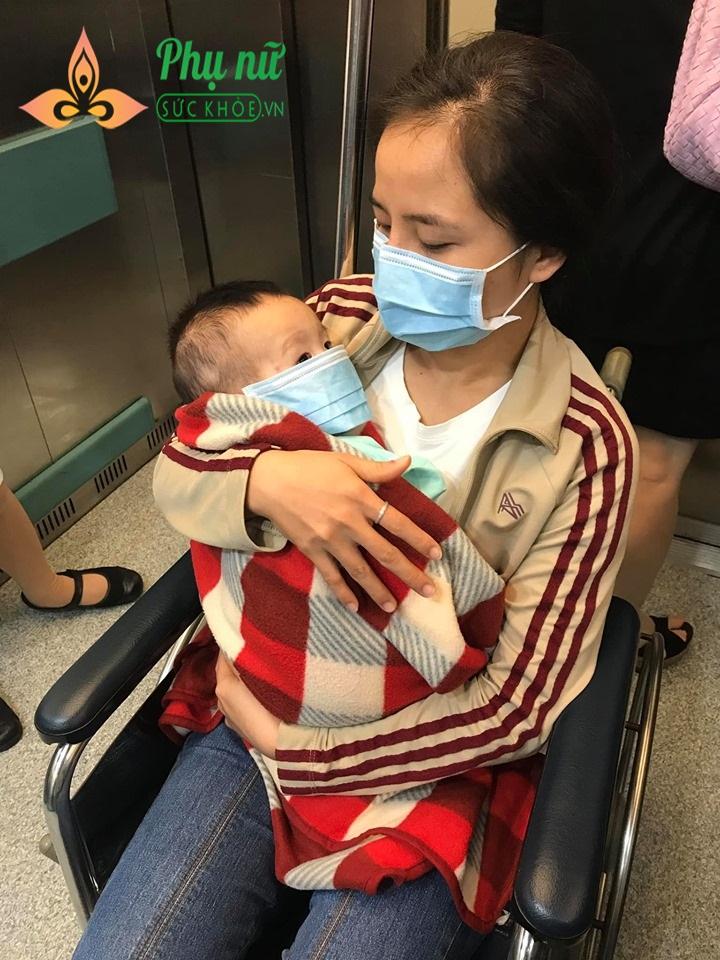 Chị Hiền ôm con vào lòng, cầu mong nhận được sự giúp đỡ của cộng đồng