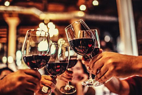 Uống rượu vang đỏ có thể giảm huyết áp cao - Ảnh 1