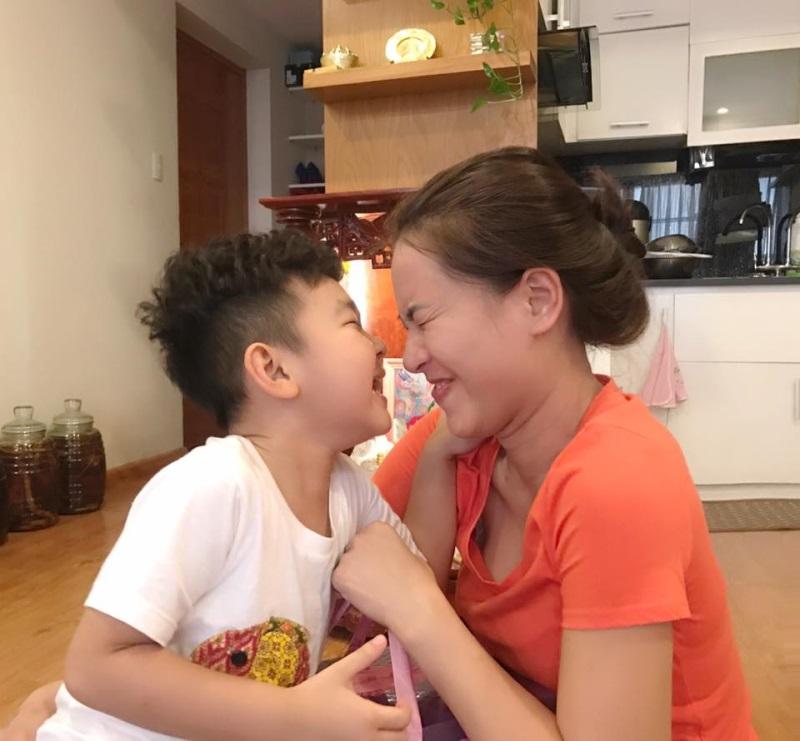 Khoảnh khắc Hải Băng hôn môi con riêng của Thành Đạt khiến nhiều người ngỡ ngàng - Ảnh 3