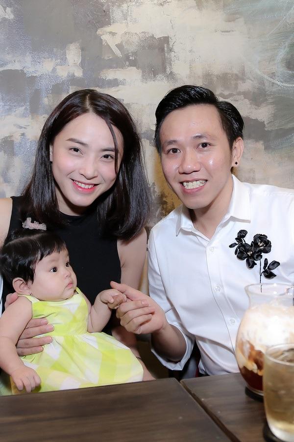 Hình ảnh mới nhất của con gái Hải Băng và Thành Đạt trong buổi khai trương quán mới của danh hài Anh Đức ngày 21/7 vừa qua - Ảnh: Internet